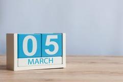 5 de março Dia 5 do mês, calendário de madeira da cor no fundo da tabela Tempo de mola, espaço vazio para o texto Imagens de Stock Royalty Free