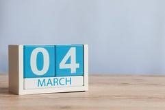 4 de março Dia 4 do mês, calendário de madeira da cor no fundo da tabela Tempo de mola, espaço vazio para o texto Fotografia de Stock Royalty Free