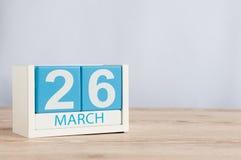 26 de março Dia 26 do mês, calendário de madeira da cor no fundo da tabela Tempo de mola, espaço vazio para o texto Fotos de Stock Royalty Free