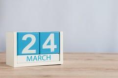 24 de março Dia 24 do mês, calendário de madeira da cor no fundo da tabela Tempo de mola, espaço vazio para o texto Imagens de Stock Royalty Free