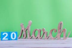 20 de março Dia 20 do mês, calendário de madeira diário na tabela e fundo verde Dia de mola, espaço vazio para o texto Imagens de Stock Royalty Free