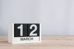 12 de março Dia 12 do mês, calendário de madeira no fundo claro Dia de mola, espaço vazio para o texto Fotos de Stock Royalty Free