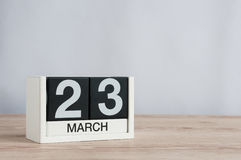 23 de março Dia 23 do mês, calendário de madeira no fundo claro Tempo de mola, espaço vazio para o texto Imagem de Stock