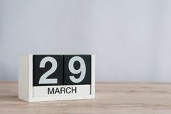 29 de março Dia 29 do mês, calendário de madeira no fundo claro Tempo de mola, espaço vazio para o texto Fotos de Stock Royalty Free