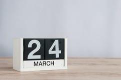 24 de março Dia 24 do mês, calendário de madeira no fundo claro Tempo de mola, espaço vazio para o texto Foto de Stock Royalty Free