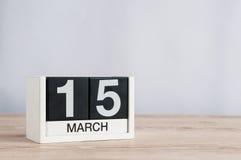 15 de março Dia 15 do mês, calendário de madeira no fundo claro Tempo de mola, espaço vazio para o texto Consumidor do mundo Fotos de Stock Royalty Free