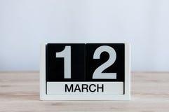 12 de março Dia 12 do mês, calendário diário no fundo de madeira da tabela Dia de mola, espaço vazio para o texto Imagens de Stock