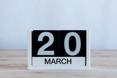 20 de março Dia 20 do mês, calendário diário no fundo de madeira da tabela Dia de mola, espaço vazio para o texto Fotografia de Stock Royalty Free