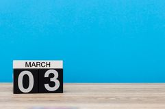 3 de março Dia 3 do mês do março, calendário na luz - fundo azul Tempo de mola, espaço vazio para o texto, modelo Fotografia de Stock