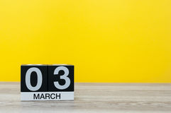 3 de março Dia 3 do mês, calendário na tabela com fundo amarelo Tempo de mola, espaço vazio para o texto Fotografia de Stock Royalty Free