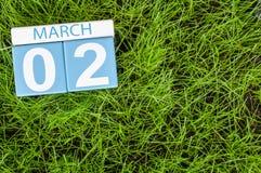 2 de março Dia 2 do mês, calendário no fundo da grama verde do futebol Tempo de mola, espaço vazio para o texto Imagem de Stock