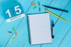 15 de março Dia 5 do mês, calendário no fundo de madeira azul da tabela com bloco de notas Tempo de mola, espaço vazio para o tex Fotos de Stock