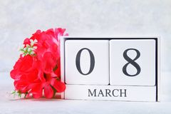 8 de março, dia internacional do ` s das mulheres Calendário perpétuo de madeira e flores cor-de-rosa Foto de Stock