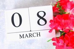 8 de março, dia internacional do ` s das mulheres Calendário perpétuo de madeira e flores cor-de-rosa Foto de Stock Royalty Free