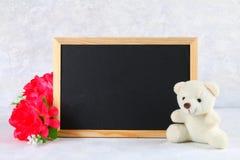 8 de março, dia internacional do ` s das mulheres Quadro com flores e o urso de peluche cor-de-rosa Copie o espaço Imagens de Stock