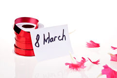 8 de março. fita vermelha e cartão branco Fotos de Stock Royalty Free