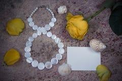 8 de março, flor da rosa do amarelo e shell Imagens de Stock
