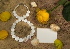 8 de março, flor da rosa do amarelo e shell Imagens de Stock Royalty Free