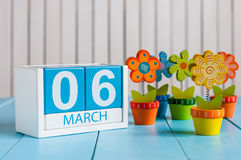 6 de março Imagem do calendário de madeira da cor do 6 de março com a flor no fundo branco Primeiro dia de mola, espaço vazio par Imagens de Stock Royalty Free