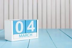 4 de março Imagem do calendário de madeira da cor do 4 de março no fundo branco Dia de mola, espaço vazio para o texto Dia do mun Fotos de Stock Royalty Free