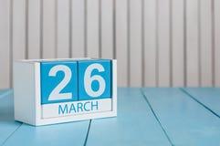 26 de março Imagem do calendário de madeira da cor do 26 de março no fundo branco Dia de mola, espaço vazio para o texto Dia roxo Fotografia de Stock
