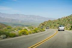 16 de março de 2017 - Los Angeles /CA/USA - conduzindo nas autoestrada de Los Angeles County através das montanhas fotografia de stock