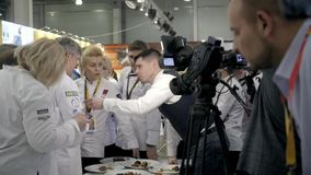 21 de março de 2018, Moscou, RÚSSIA: O grupo da EXPO do METRO de pratos preparou-se na competição da competição do cozinheiro che