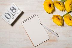 8 de março O cartão do dia da mulher com flores amarelas sobre corteja Fotografia de Stock