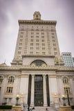 26 de março de 2017 Oakland/CA/USA - a construção da câmara municipal em Frank H Plaza de Ogawa, Oakland do centro, em um dia neb imagem de stock royalty free