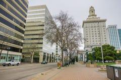 26 de março de 2017 Oakland/CA/USA - a construção da câmara municipal em Frank H Plaza de Ogawa, Oakland do centro, em um dia neb fotografia de stock