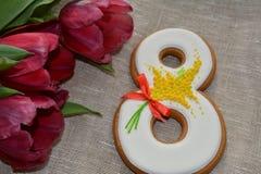 8 de março pão-de-espécie e tulipas doces Imagem de Stock Royalty Free