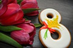 8 de março pão-de-espécie e tulipas doces Fotografia de Stock Royalty Free