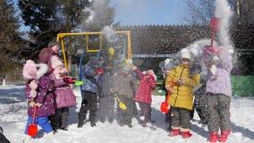 5 de março de 2018 Rússia, região de Oryol, Mtsensk, editorial - as crianças jogam a neve com uma pá Jogos exteriores do ` s das  filme