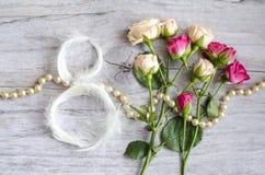 8 de março símbolo A figura de oito fez de penas brancas delicadas Projeto do dia da mulher feliz Pode ser usado como uma GR cump Foto de Stock