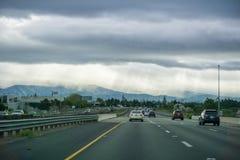 26 de março de 2017 San Jose /CA/USA - conduzindo na autoestrada através de Silicon Valley em um dia de mola tormentoso; raios de fotos de stock royalty free