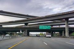 20 de março de 2017 - San Jose /CA/USA - intercâmbio da autoestrada em um dia nebuloso foto de stock