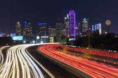 5 de março de 2018, SKYLINE TEXAS de DALLAS, e Tom Landry Freeway, com luzes listadas em 30 de um estado a outro Luz, velocidade foto de stock