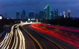 5 de março de 2018, SKYLINE TEXAS de DALLAS, e Tom Landry Freeway, com luzes listadas em 30 de um estado a outro Texas, nivelando imagens de stock royalty free