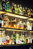 07 de março de 2018 - Vinnitsa, Ucrânia Garrafa da bebida do álcool em c Imagens de Stock