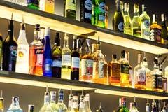 07 de março de 2018 - Vinnitsa, Ucrânia Garrafa da bebida do álcool em c Fotografia de Stock Royalty Free