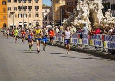 De marathonagenten in Piazza Navona tijdens de tweeëntwintigste uitgave van de marathon van Rome rennen de Marathon van Rome royalty-vrije stock fotografie