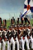 De marcherende militairen in Borodino vechten het historische weer invoeren in Rusland Stock Afbeeldingen