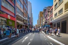 25 de Marco Улица, популярная торговая улица в городском Сан-Паулу - Сан-Паулу, Бразилии стоковая фотография