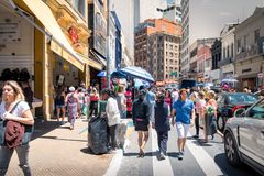 25 de Marco Street, calle popular de las compras en Sao Paulo céntrico - Sao Paulo, el Brasil Imagen de archivo
