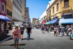 25 de Marco Street, calle popular de las compras en Sao Paulo céntrico - Sao Paulo, el Brasil Fotografía de archivo
