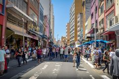 25 de Marco Street, calle popular de las compras en Sao Paulo céntrico - Sao Paulo, el Brasil Fotos de archivo libres de regalías