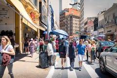 25 DE Marco Street, populaire het winkelen straat in Sao Paulo van de binnenstad - Sao Paulo, Brazilië Stock Afbeelding