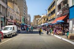 25 DE Marco Street, populaire het winkelen straat in Sao Paulo van de binnenstad - Sao Paulo, Brazilië Stock Fotografie