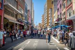 25 DE Marco Street, populaire het winkelen straat in Sao Paulo van de binnenstad - Sao Paulo, Brazilië Royalty-vrije Stock Foto's