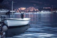 De mariene haven met vastgelegde boot en de jachten in overzees tijdens zonsondergang met exemplaar plaatsen in purpere gestemde  stock fotografie